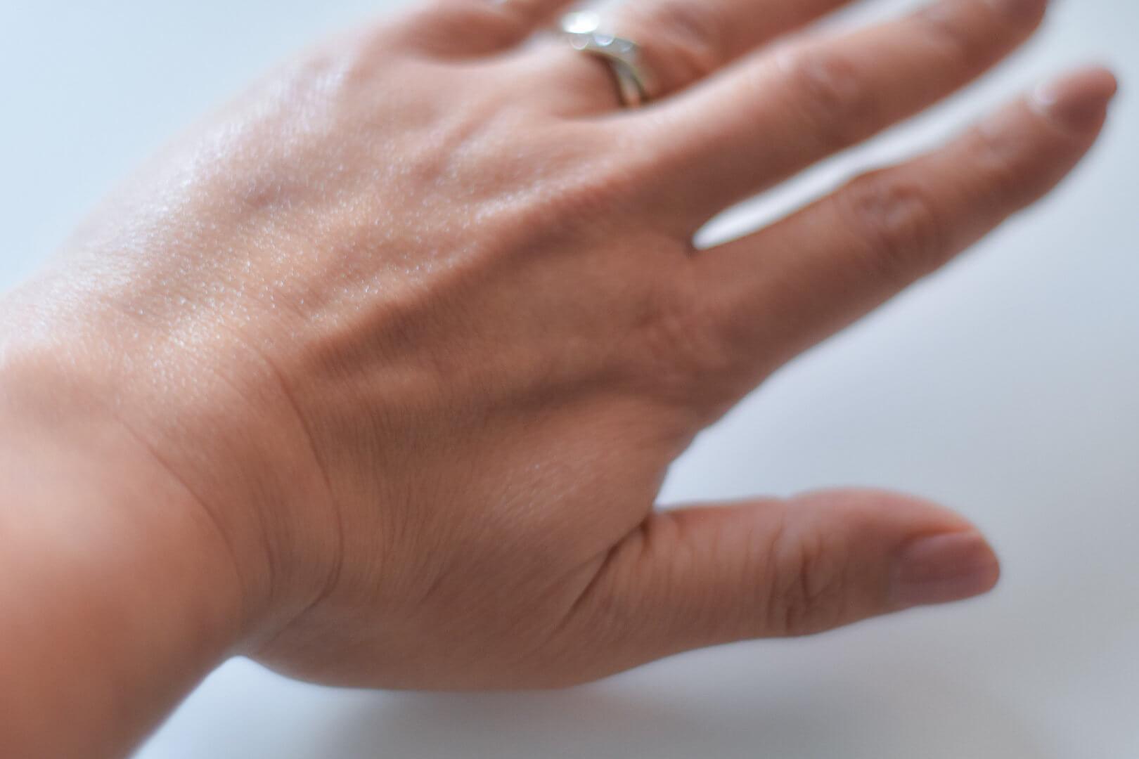 hand met Rejuvenating Moisturizer